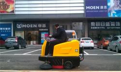友谊国际家居广场管理方现场体验驾驶式扫地机操作